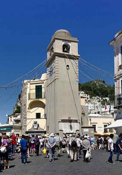 На площади Капри