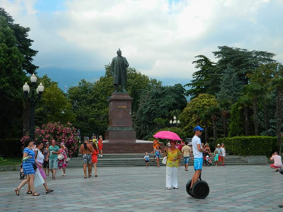Памятник Ленину на набережной